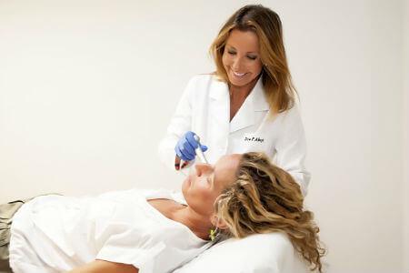 Doctora Patricia Abajo tratando a un paciente